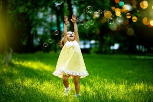 Bambina-in-campagna-con-bolle-di-sapone