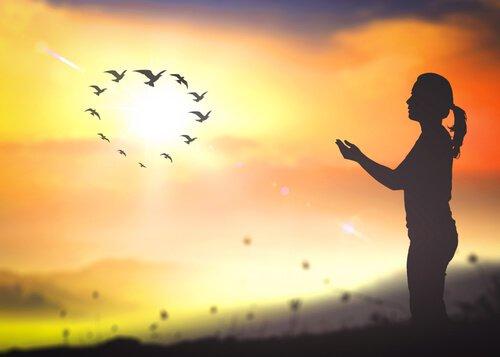 ragazza-al-tramonto-e-uccelli